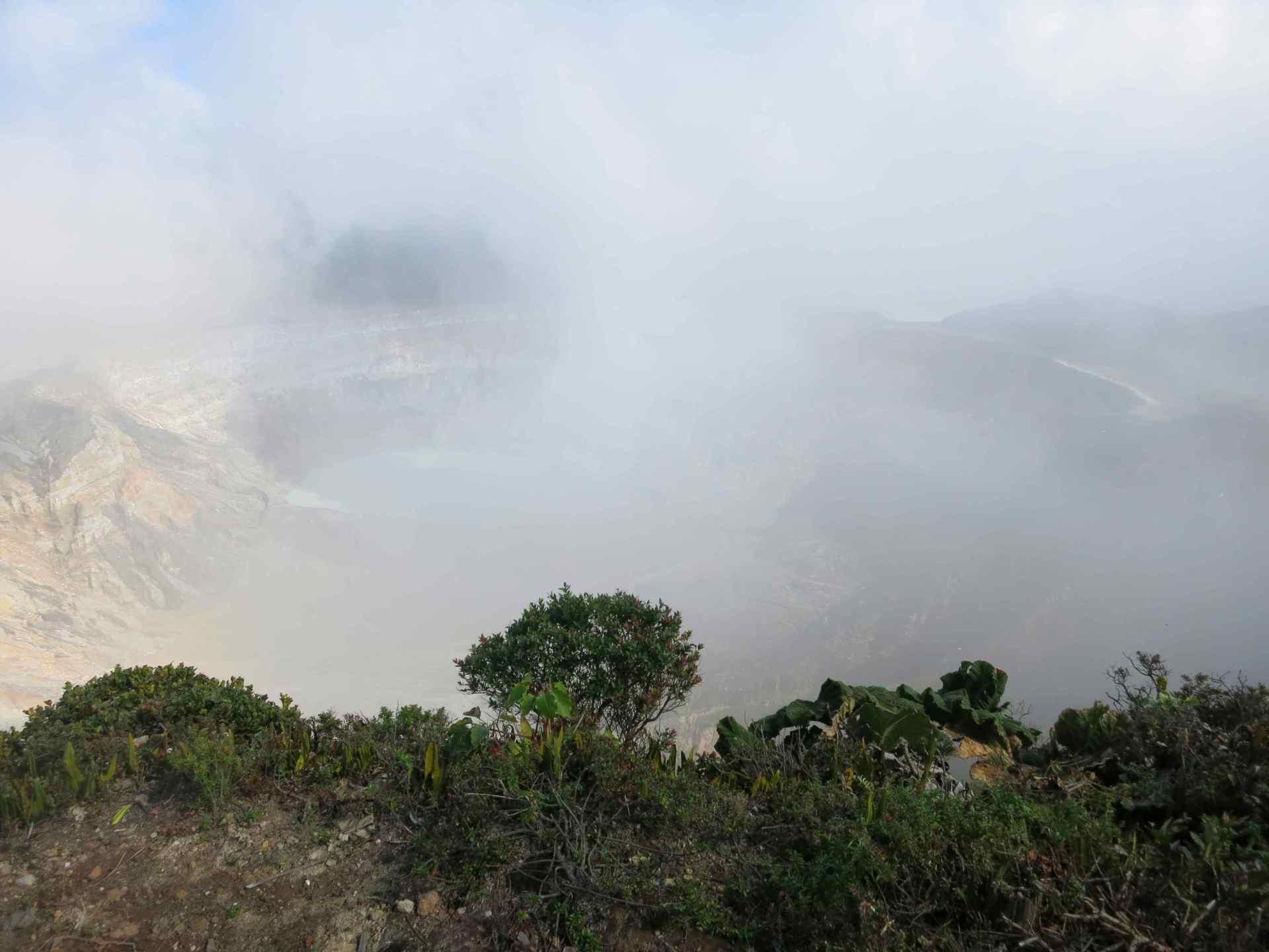 Aussicht Vulkan Poas Hauptkrater mit Wolken