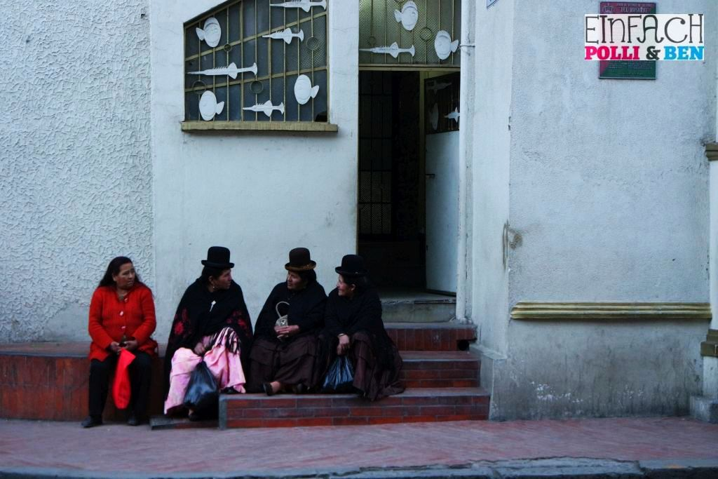 Frauen vor Kirche in La Paz